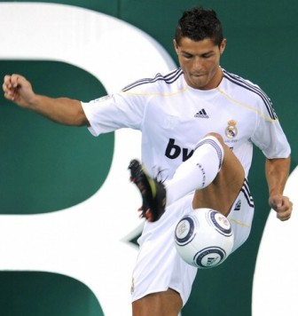 25465728cristiano-ronaldo-jongle-avec-ballon-real-de-madrid-jpg